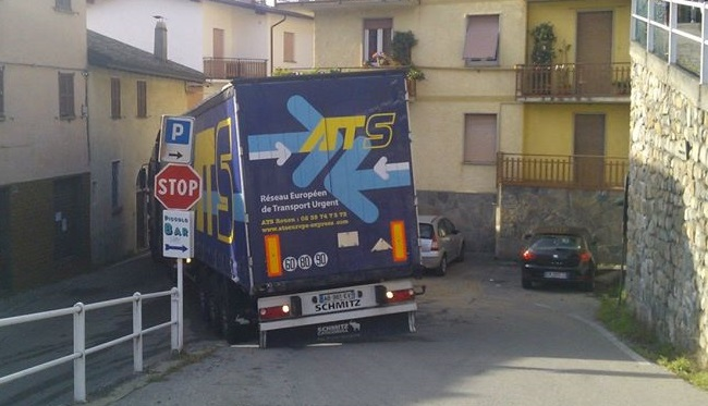 camion incastrato indovero