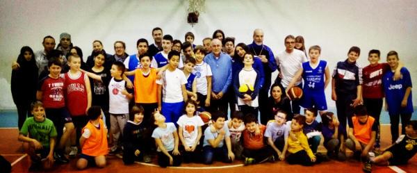 Ragazzi, allenatori e genitori alla Festa di Natale del Basket Introbio