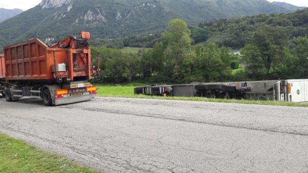 camion bilico ribaltato pasturo (7)