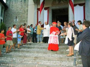 Il cardinal Tettamanzi nel marzo 2004 sul sagrato della chiesa di Sant'Alessandro di Barzio