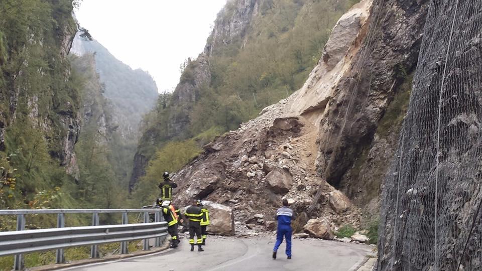 Bergamo: frana in val Taleggio, bloccata la strada degli Orridi