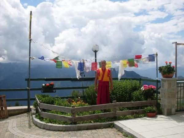 bandierine e monaco tibetano giumello