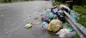 Mandello  strada statale SS 36 direzione sud ancora invase dai rifiuti le piazzole di sosta