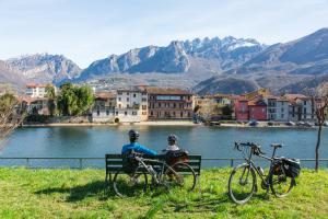 Sosta lungo la ciclabile del fiume Adda nel Borgo di Pescarenico_LC 8692
